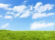青空と雲と草原