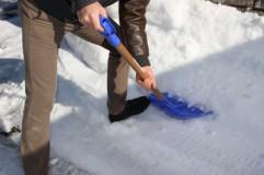 除雪をする男性